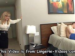 Брюнетка балуется в спальне с умелым членом соседского негра - секс порно видео